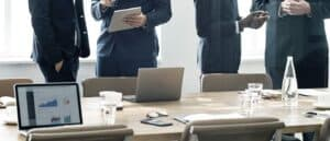 foto de executivos conversando