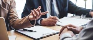 executivos orientando profissional