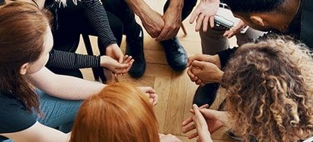 pessoas em uma roda de inclusão